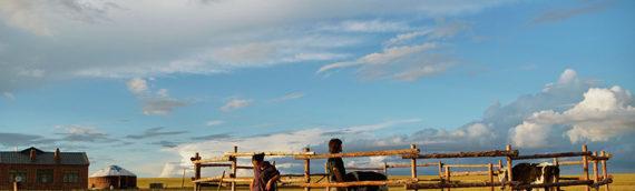 雄大なモンゴル草原を舞台に夫婦の困難を描く『チャクトゥとサルラ』